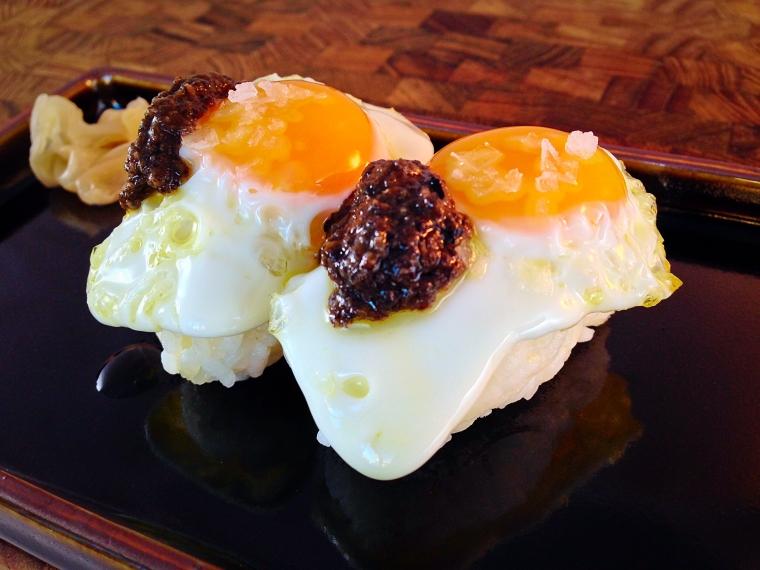 nigiris de huevo de codorniz con pure de trufa negra