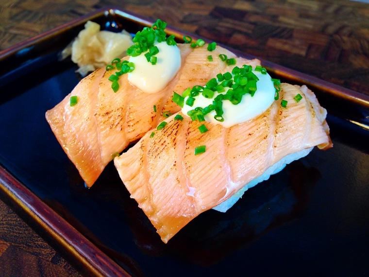 Nigiris de salmon marcado con mayonesa japonesa
